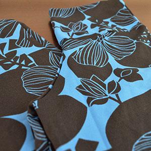 Flores Pretas Fundo Azul